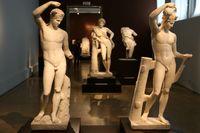 Under antiken fanns en tydlig uppfattning om hur en vacker man skulle se ut. Genom att titta på antika statyer går det att få en viss uppfattning om vad som var rätt. Här statyer vid det arkeologiska museet i Aten. Arkivbild.