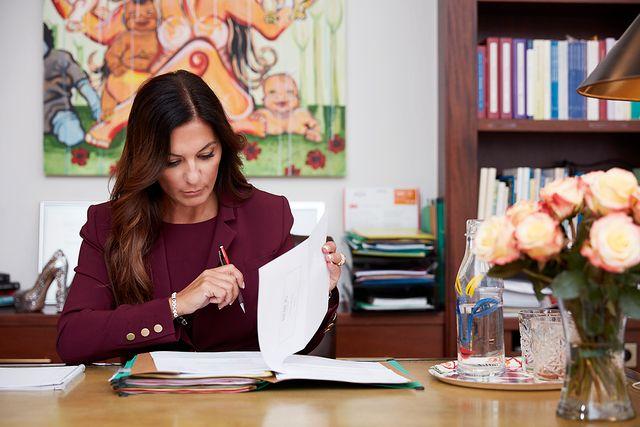 Elisabeth Massi Fritz förbereder ett mål på sitt advokatkontor på Östermalm.