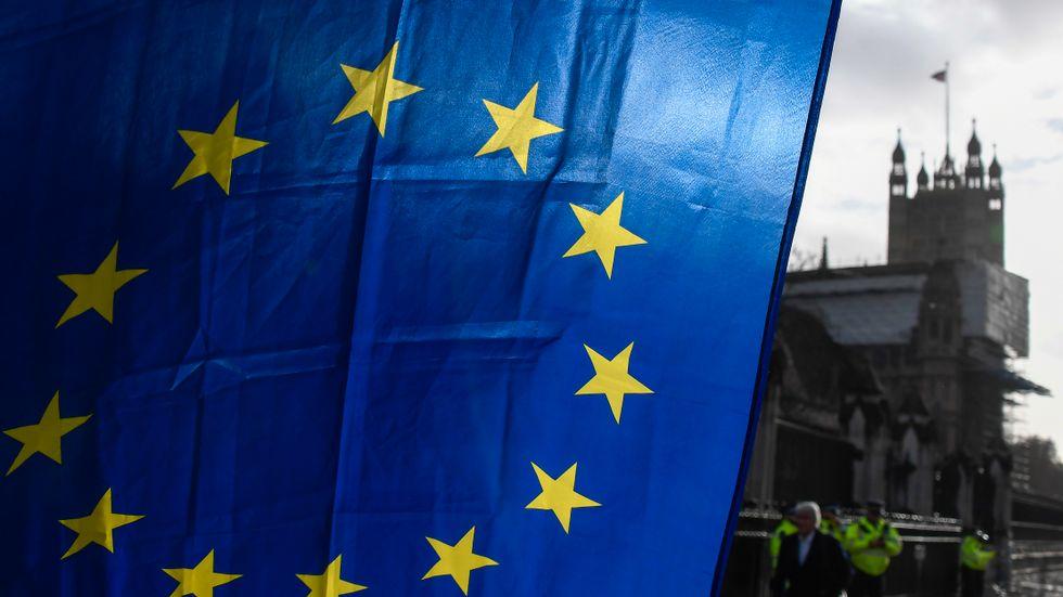 En EU-flagga som hålls upp av en demonstrant utanför Westminster i London.