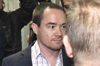 SD-politikern Kent Ekeroth anländer till Hovrätten där misshandelsdomen från tingsrätten ska prövas. I förgrunden hans advokat Johan Eriksson.