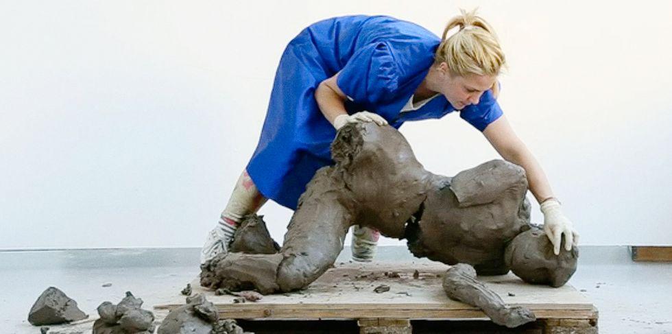 """Stillbild ur videon """"Riktningar och former i en kvinnas kropp – Lera 2"""", omklippt för Borås konstmuseum 2018."""
