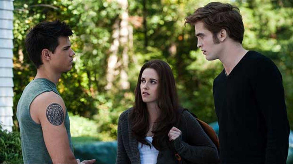 """Robert Pattinson, Kristen Stewart och Taylor Lautner i en scen från """"The Twilight Saga: Eclipse""""."""