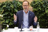 Infrastrukturminister Tomas Eneroth (S) vill se en snabb lösning på problemen som kan uppstå sedan Cementa fått nej till fortsatt kalkbrytning för cementproduktion på Gotland.