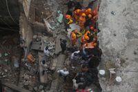 Räddningsarbetare letar efter överlevande.