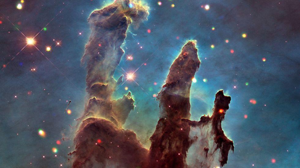 """""""Skapelsens pelare"""", Örnnebulosans gigantiska gas- och stoftmoln, fotograferades första gången 1995 med hjälp av rymdteleskopet Hubble. Fotot intill är från 2018."""