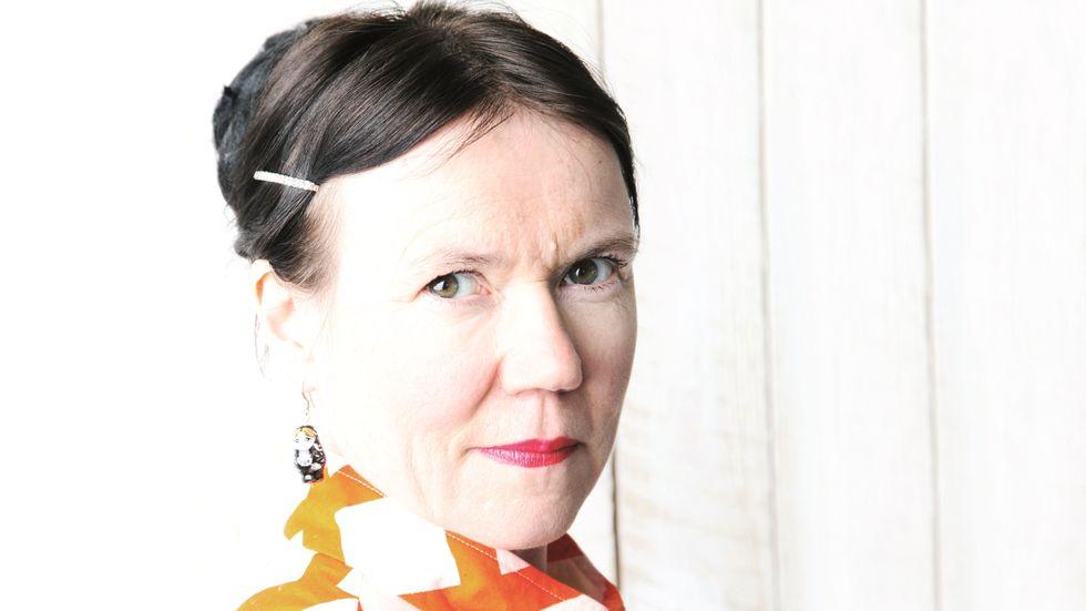 """Rosa Liksom är kulturpersonligheten Anni Ylävaaras pseudonym. 2011 debuterade hon med  """"Kupé nr 6"""". I sin nya roman """"Överstinnan"""" skildrar hon finsk nationalism genom ett kvinnligt levnadsöde."""