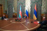Rysslands utrikesminister Sergej Lavrov (mitten) med sina motsvarigheter från Armenien, Zohrab Mnatsakanjan (höger) och Azerbajdzjan, Jejhun Bajramov.