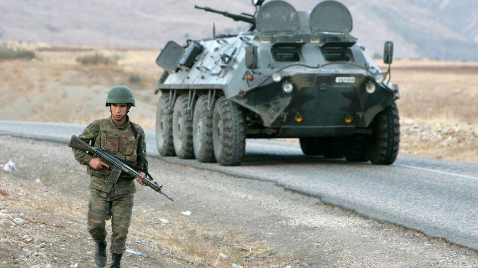 Turkisk militär i närheten av den irakiska gränsen. Arkivbild.