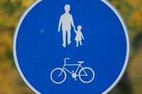 Från och med måndag är det vänster sida som gäller för de som promenerar på gång och cykelbanor.