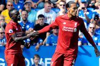 Liverpools Sadio Mané, till vänster, gratuleras av lagkamraten Virgil van Dijk efter sitt ledningsmål.