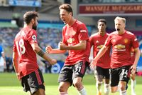Manchester Uniteds Bruno Fernandes firar med sina lagkamrater efter sitt segermål.