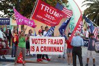 Trump-anhängare i Florida demonstrerar mot påstått valfusk.