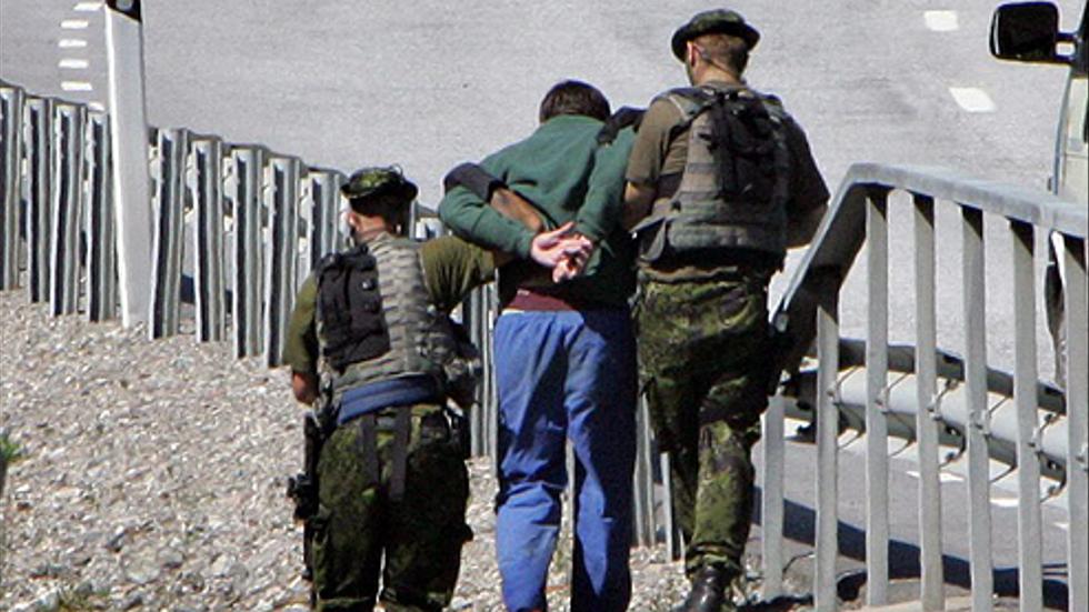 Rymmaren Daniel Moriana grips den 29 juli 2004 under en bro på länsväg 225 mot södertälje.