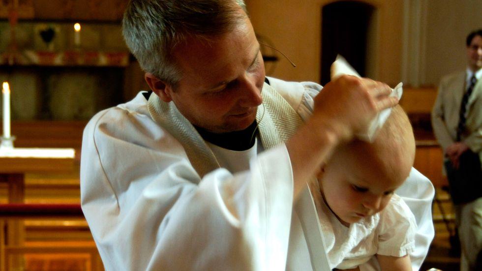 Att döpa sitt barn uppfattas som tradition, att låta omskära sitt barn uppfattas som religion.
