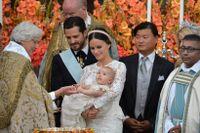 """""""Nu får du släppa"""". Prins Alexander tog ett stadigt tag om ärkebiskopens hand."""