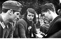 Hans Scholl, Sophie Scholl och Christoph Probst. Alla tre avrättades 22 februari 1943. Ungdomarnas skoningslösa straff visar nazistregimens oro över deras verksamhet.