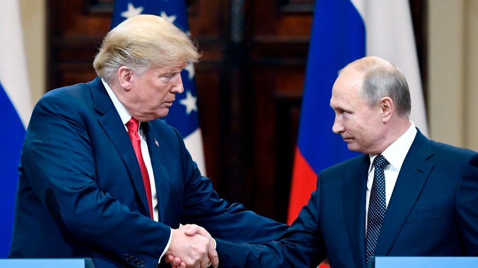Donald Trump och Vladimir Putin möttes i Helsingfors i somras. Historikern Timothy Snyder menar att Putin kunde lotsa Trump till makten i USA genom propaganda i sociala medier och Hillary Clintons hackade e-post.
