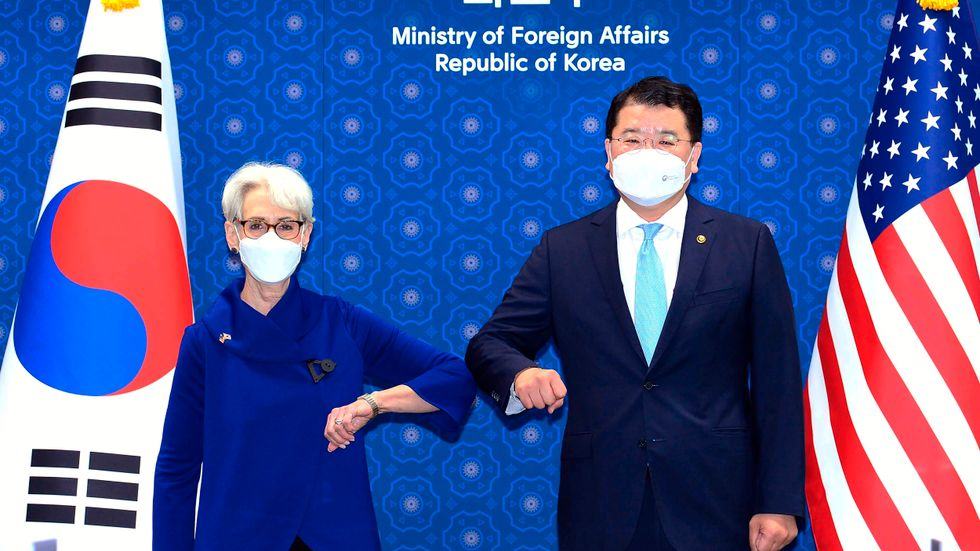 USA:s vice utrikesminister Wendy Sherman hälsar virussäkert på sin sydkoreanske motsvarighet Choi Jung-Kun i Sydkoreas huvudstad Seoul.