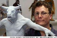 Richard Taylor, expert på specialeffekter, med modellen till en av av minotaurerna i filmen om landet Narnia.