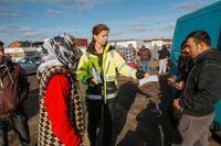 Stadsjurist Andrea Järve-Dalhammar, delar ut information om att EU-migrantlägret på Industrigatan i Malmö ska stängas.