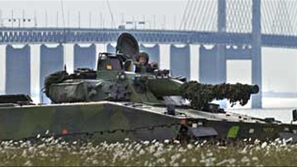 Sverige tillhör de västländer som skurit ned minst på sitt försvar, skriver artikelförfattarna. Här en bild från övningen Combined Challenge 2007, med 1500 fordon och 7500 soldater, i utkanten av Malmö.