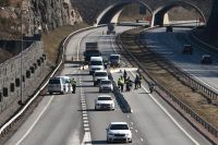 Finsk polis och soldater vid en vägspärr vid Nylands landskapsgräns.