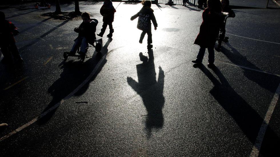 Skolmiljön med många barn, starka intryck och höga ljud kan vara påfrestande för de högkänsliga barnen.