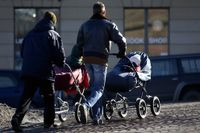 Nya lagar ska innebära några steg mot ett jämlikare föräldraskap.