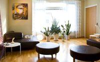 Vardagsrummet är ett enda stort loungeutrymme. Här är det meningen att man ska umgås, spela spel eller bara vara.