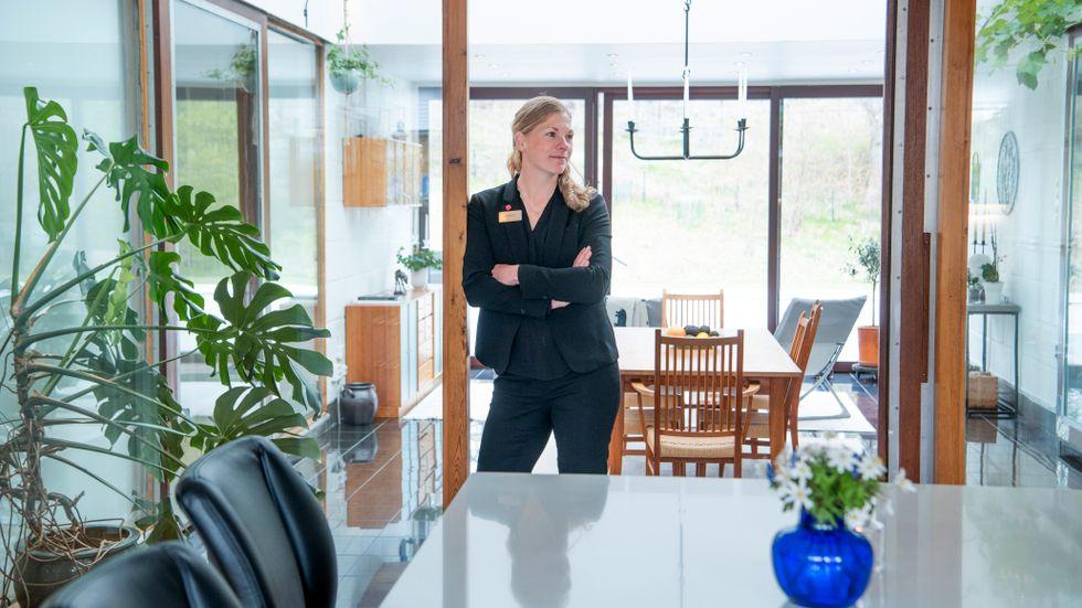 Mäklaren Jenny Näslund visar ett hett objekt i Ekerö kommun, där villapriserna stigit med nästan 27 procent på ett år.