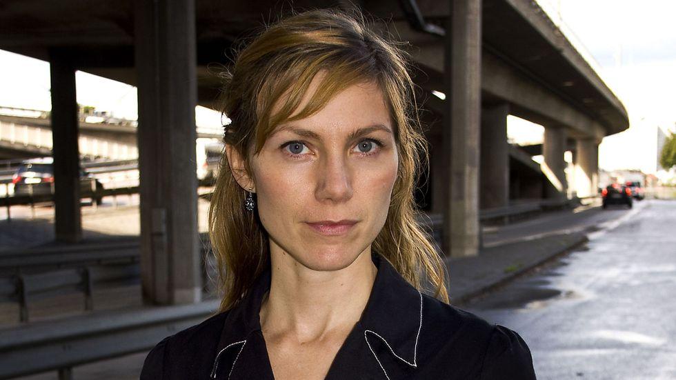 """Selene Hellström är född 1974. """"Du är en stork som har landat"""" är hennes debutroman."""