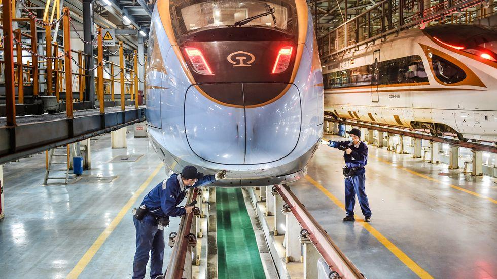 Kina har världens mest omfattande nät av höghastighetståg. I Sverige finns ännu inget beslut om höghastighetsbanor men en ny utredning pekar på ökade kostnader.