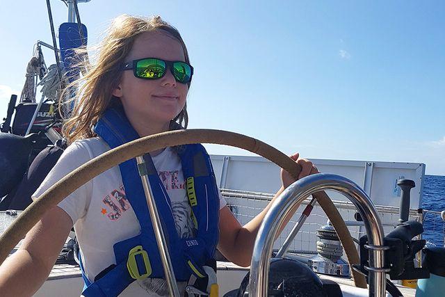 Hampus styr båten. Det gäller att ha koll på varifrån vinden kommer så att man styr båten rakt.