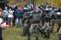 Polis drabbar samman med Minskbor under en demonstration den 1 november.