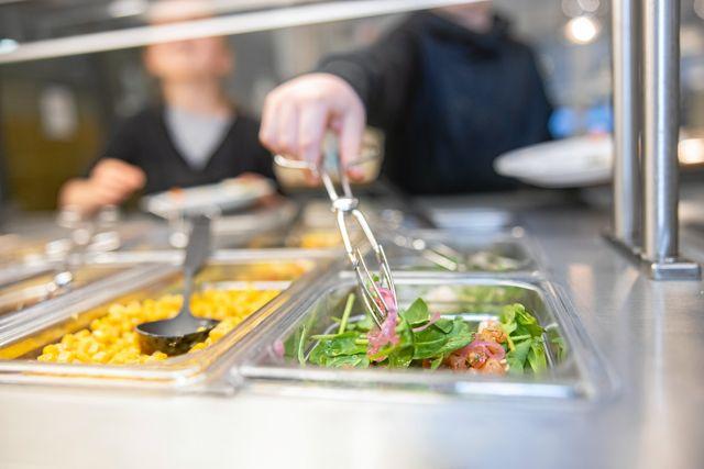 """Sam och Frejas skola har numera en mindre salladsbuffé med färre alternativ att välja på. """"Jag saknar vanliga salladsblad och svarta oliver"""", säger Freja."""