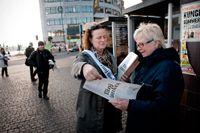 SvD:s chefredaktör Lena K Samuelsson delade ut premiärnumret av nya SvD på Slussen tidigt torsdag morgon.