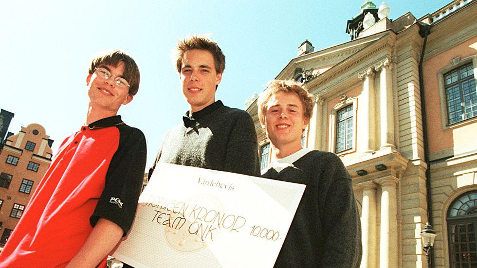 Aktie-SM 1999. Joakim Hedberg, David Johansson och Karl Weibull från Karlshamn mottar förstapriset framför Börshuset.