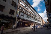 Det parkeringshus som är tänkt att rivas enligt det senaste förslaget om ombyggnad i Stureplanskvarteret. Se längre ner i artikeln för en bild av fasaden från äldre tider.