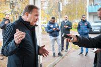 Statsminster Stefan Löfven (S) pratar med en journalist under en rundvandring i bostadsområdet Tjärna ängar i Borlänge.