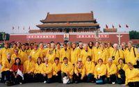 I Kina 2000. 36 damer samlade i uppseendeväckande gula jackor.