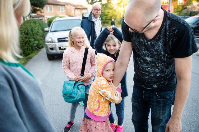 Anja lämnar motvilligt sin pappa för att gå till förskolan med den gående skolbussen.