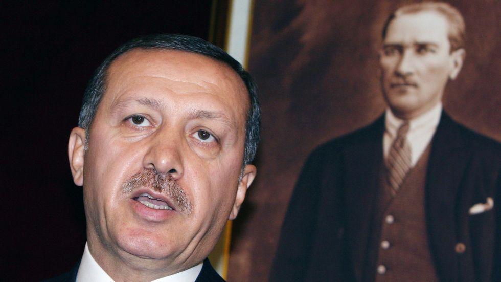Auktoritär kontinuitet: Recep Tayyip Erdoğan framför ett porträtt av Kemal Atatürk.