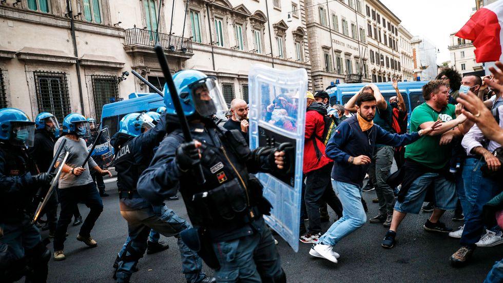 Italiensk polis har gripit minst tolv personer efter lördagens anti-vaccinupplopp i Rom.