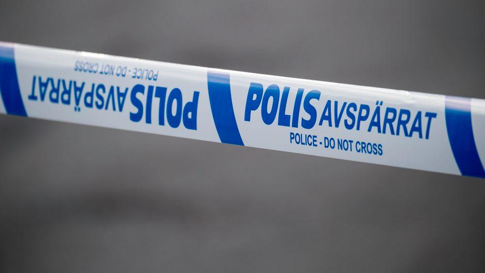 Polisens tekniker är på plats efter en arbetsplatsolycka där en man omkommit. Arkivbild.