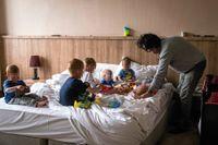Patricio Galvez med sex av sina barnbarn på hotellrummet i Erbil.