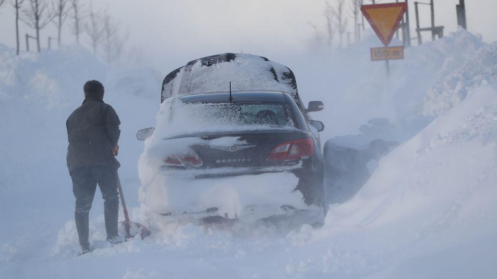 En man skottar fram sin bil utanför Ystad på onsdagen.
