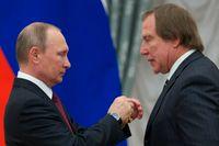 """Putin medaljerade i veckan cellisten Sergej """"Gudfadern"""" Roldugin, mer känd som nyckelman i Panama-skandalen och mångmiljonär."""