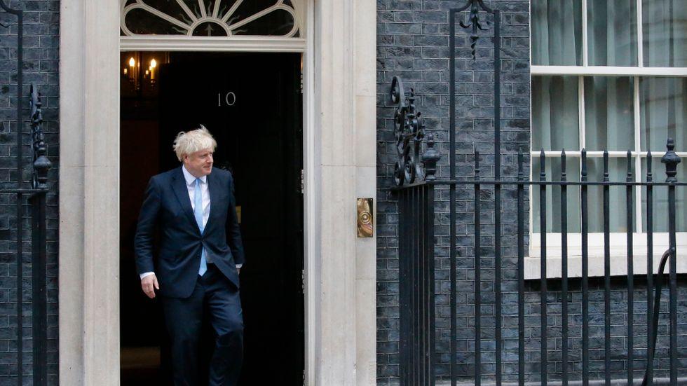 Boris Johnson utanför bostaden på Downing Street.
