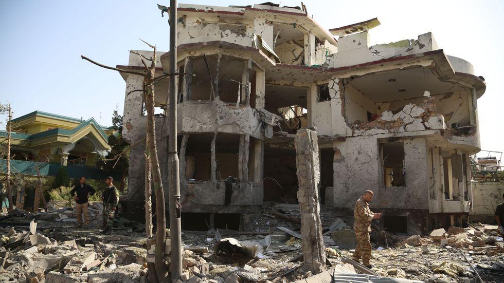 Förödelse efter bilbomb i Kabul, Afghanistan.