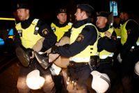 Polisen bar bort de som inte självmant lämnade lägret.